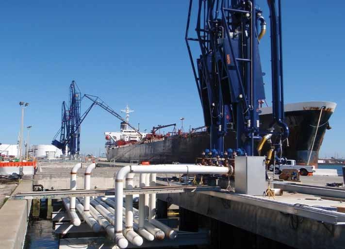 Brazo de carga marino en operación
